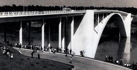 Foto da Ponte da Amizade na época de sua inauguração - 1965